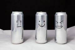 Концепция посмешища Шутка над другом а ей не смешна к нему Алюминиевые консервные банки с drowing смайликами Emoji смеха, улыбки стоковые фотографии rf