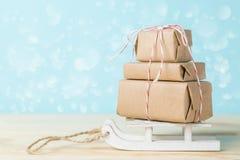 Концепция поставки рождества - стог настоящих моментов, на скелетоне santa Стоковое Изображение RF
