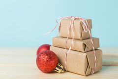 Концепция поставки рождества - стог настоящих моментов, на скелетоне santa Стоковые Фотографии RF