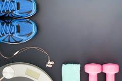 Концепция потери фитнеса и веса, ботинки спорта, гантели, полотенце, Стоковые Фотографии RF