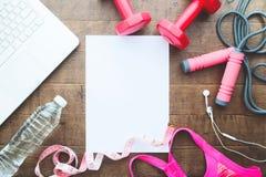 Концепция потери фитнеса и веса, гантели, веревочка скачки, измерять-лента, бюстгальтер спорта, бутылка воды с компьтер-книжкой Стоковые Изображения RF