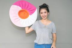 Концепция праздника перемещения Молодая азиатская женщина держа большой красочный s стоковые изображения