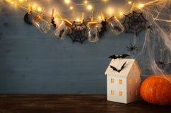 Концепция праздника хеллоуина Загадочный дом с светами перед masson раздражает с пауками, ваннами Стоковые Изображения