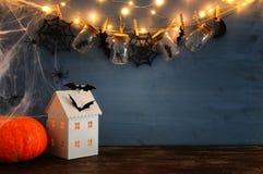 Концепция праздника хеллоуина Загадочный дом с светами перед masson раздражает с пауками, ваннами Стоковые Фото