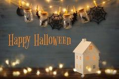 Концепция праздника хеллоуина Загадочный дом с светами перед masson раздражает с пауками, ваннами Стоковые Изображения RF