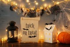 Концепция праздника хеллоуина Загадочный дом с светами перед masson раздражает с пауками и ваннами Стоковые Изображения