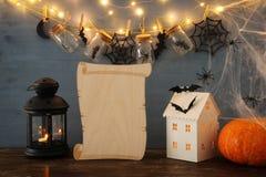 Концепция праздника хеллоуина Загадочный дом с светами перед masson раздражает с пауками и ваннами Стоковая Фотография
