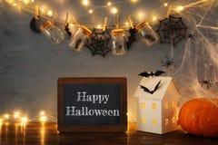Концепция праздника хеллоуина Загадочный дом с светами перед masson раздражает с пауками и ваннами Стоковое фото RF