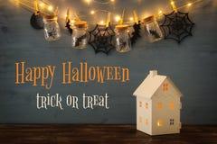 Концепция праздника хеллоуина Загадочный дом с светами перед masson раздражает с пауками, ваннами Стоковое Фото