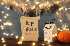 Концепция праздника хеллоуина Загадочный дом с светами перед masson раздражает с пауками, ваннами Стоковое Изображение RF