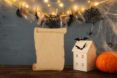 Концепция праздника хеллоуина Загадочный дом с светами перед masson раздражает с пауками, ваннами Стоковая Фотография RF