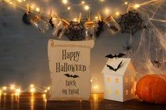 Концепция праздника хеллоуина Загадочный дом с светами перед masson раздражает с пауками и ваннами Стоковые Изображения RF