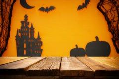 Концепция праздника хеллоуина Опорожните деревенскую таблицу перед сетью паука, тыквами, домом ведьмы и бить предпосылку Стоковое Фото