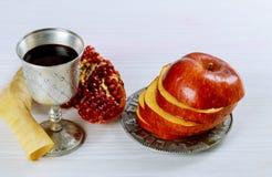 концепция праздника jewesh hashanah rosh - шофар, книга torah, мед, яблоко и гранатовое дерево над деревянным столом kippah yamol стоковое изображение rf