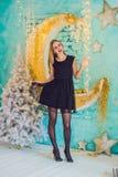 Концепция праздников, торжества и людей - молодая женщина над предпосылкой интерьера рождества Изображение с зерном Стоковые Фото