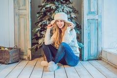 Концепция праздников, торжества и людей - молодая женщина над предпосылкой интерьера рождества Изображение с зерном Стоковая Фотография RF