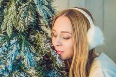 Концепция праздников, торжества и людей - молодая женщина над предпосылкой интерьера рождества Изображение с зерном Стоковые Изображения