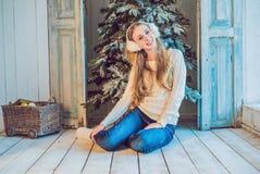 Концепция праздников, торжества и людей - молодая женщина над предпосылкой интерьера рождества Изображение с зерном Стоковое Изображение RF