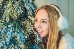 Концепция праздников, торжества и людей - молодая женщина над предпосылкой интерьера рождества Изображение с зерном Стоковые Фотографии RF