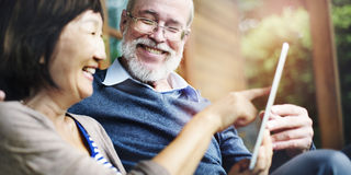 Концепция праздника взрослого счастья пар смеясь над Стоковое фото RF