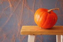 Концепция праздника хеллоуина Милая тыква на деревянном столе стоковое изображение