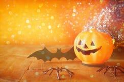 Концепция праздника хеллоуина Милые тыквы на деревянном столе Стоковое фото RF
