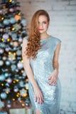 Концепция праздников, торжества и людей - молодая женщина в элегантном платье над предпосылкой интерьера рождества Изображение с Стоковые Изображения