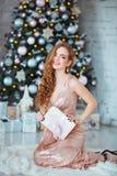 Концепция праздников, торжества и людей - молодая женщина в элегантном платье над предпосылкой интерьера рождества Изображение с Стоковые Фото