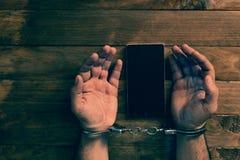 Концепция преступления в сети используя смартфон стоковые изображения rf