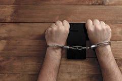 Концепция преступления в сети используя смартфон стоковое фото rf