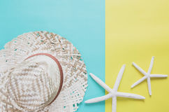 Концепция предпосылки летнего отпуска минимальная Соломенная шляпа, морские звёзды Стоковое фото RF