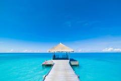 Концепция предпосылки перемещения праздника каникул туризма пляжа лета Пары расслабляющей семьи счастья романтичной идилличной ро Стоковая Фотография