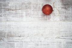 Концепция предпосылки шарика рождества на деревянном столе Стоковое Фото