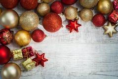 Концепция предпосылки шариков рождества на деревянном столе Стоковая Фотография RF