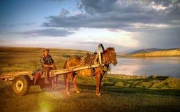 Концепция пригорода тележки лошади человека лошади сидя сельская удаленная стоковые фото