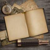 Концепция приключения и исследования Дневник и винтажные аксессуары перемещения на рабочем столе стоковые фото