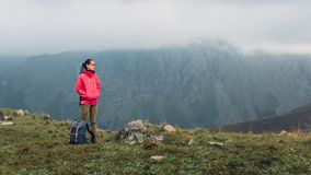 Концепция приключения назначения перемещения открытия Молодая женщина Hiker с подъемами рюкзака к верхней части горы с космосом э стоковые изображения