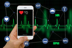 Концепция применения тарифа сердца умного телефона измеряя с сердцем Стоковое фото RF