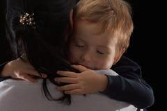 Концепция принятия, сирота мальчик и его новая мать Счастливое детство, заботя для детей стоковая фотография