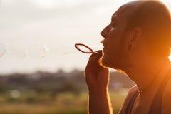 Концепция природы портрета пузыря человека дуя Стоковые Фотографии RF
