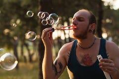 Концепция природы портрета пузыря человека дуя Стоковое Изображение