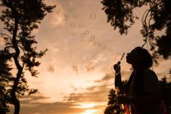 Концепция природы силуэта пузыря женщины дуя Стоковое Изображение RF
