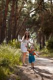 Концепция природы счастливого пузыря младенца матери дуя Стоковые Фотографии RF
