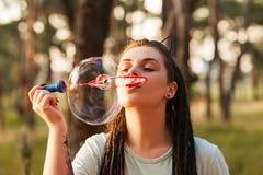 Концепция природы hiker пузыря женщины дуя Стоковые Фотографии RF