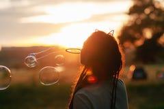 Концепция природы hiker пузыря женщины дуя Стоковое фото RF