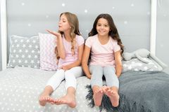 Концепция приятельства детства Партия sleepover лучших другов девушек отечественная Girlish отдых Время Sleepover для потехи стоковая фотография