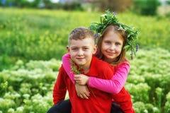 Концепция приятельства, мальчика и девушки детей на прогулке стоковое изображение rf