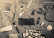 Концепция продажи monochrome - комплект вещества женщины на деревянном backgroun Стоковое Фото