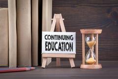 Концепция продолжения образования Таймер Sandglass, часов или яичка на деревянном столе стоковое фото rf