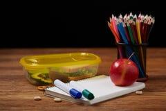 Концепция пролома школьного обеда с здоровой коробкой для завтрака и школьные принадлежности на деревянном столе, селективном фок Стоковые Изображения RF